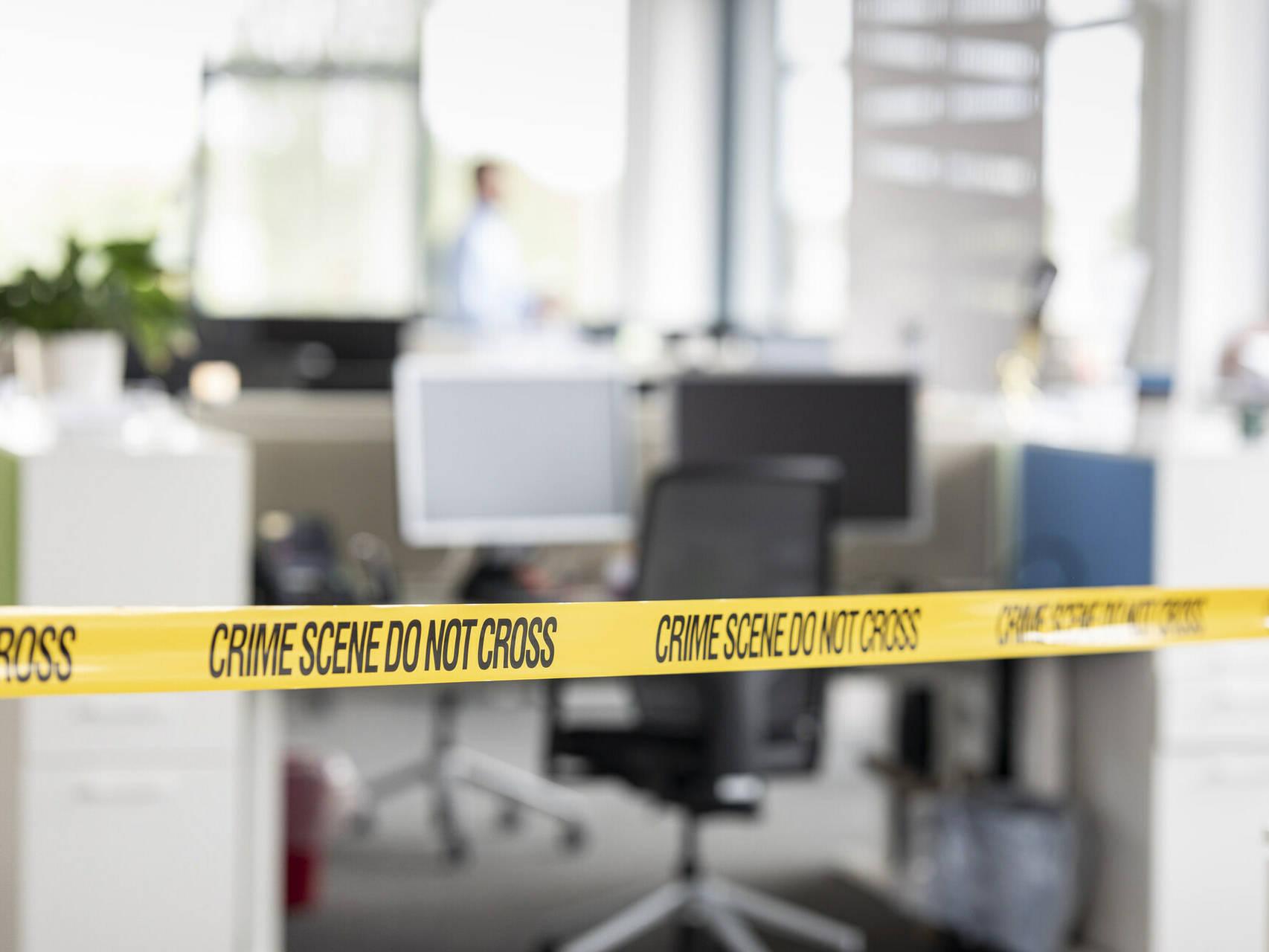 Abgesperrtes Büro mit Tatort-Absperrband