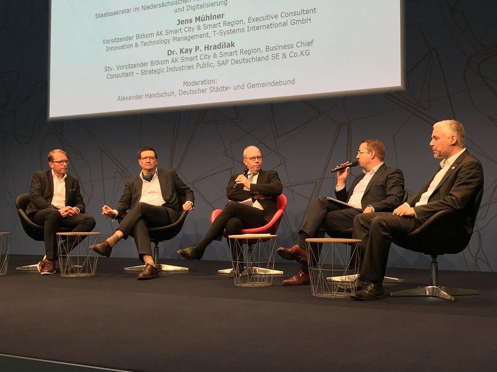 Podiumsdiskussion zum Thema Digitalisierung auf der Cebit Cebit Tagung des innovatorsclub