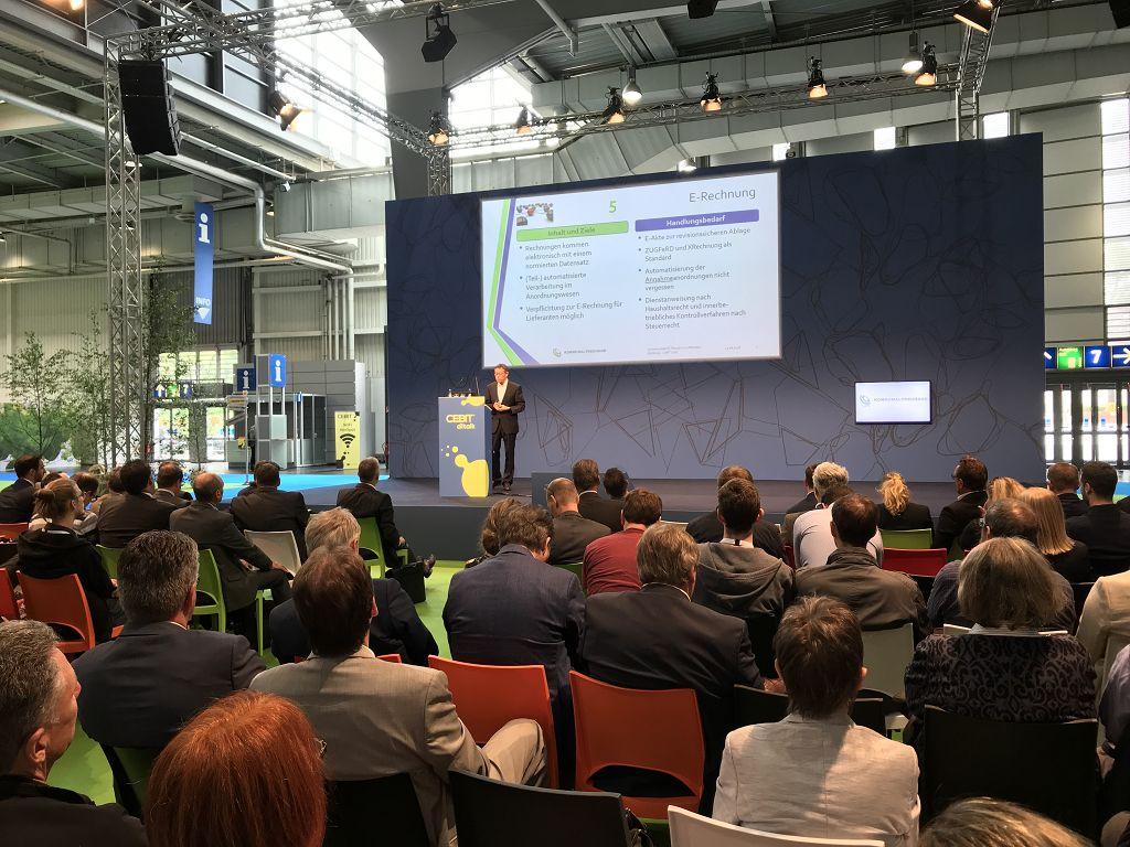 Blick auf die Bühne der Veranstaltung zum Thema Digitalisierung auf der Cebit Tagung des innovatorsclub